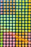 Modèle avec les macarons français colorés mignons à Paris Photo stock