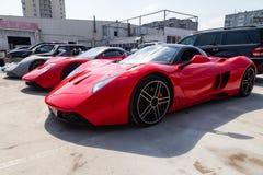 Modèle B1 de trois de voitures moteurs de Marussia dans la couleur rouge et le toit noir et la vue de face de roues Photographie  image libre de droits