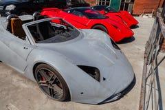 Modèle B1 de trois de voitures moteurs de Marussia dans la couleur rouge et le toit noir et la vue de face de roues Photographie  photos stock