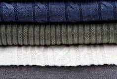 Modèle blanc de chandail de tricots et gris bleu plié photographie stock libre de droits