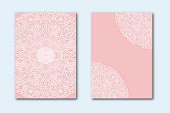 Modèle blanc de dentelle sur un fond rose Ensemble de deux calibres pour épouser des invitations Carte de voeux avec un nouveau-n Images stock