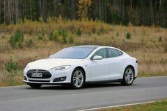 Modèle blanc S de Tesla sur la route en octobre Photo stock
