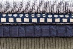 Modèle bleu blanc gris plié de chandail de tricots photos stock