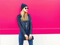 Modèle blond élégant de femme dans le profil regardant la veste loin de port de style de noir de roche, chapeau, avec l'embrayage photographie stock libre de droits