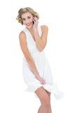 Modèle blond amusé de mode faisant un appel téléphonique Photos libres de droits