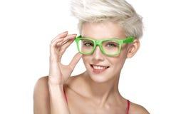 Modèle blond assez jeune utilisant les lunettes fraîches Photos stock