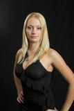 Modèle blond attrayant sur le fond noir Photographie stock