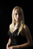 Modèle blond attrayant sur le fond noir images libres de droits