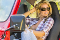 Modèle blond avec le véhicule images stock