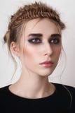 Modèle blond avec les yeux fumeux Photo libre de droits