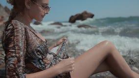 Modèle blond dans les lunettes de soleil et un bikini avec a banque de vidéos