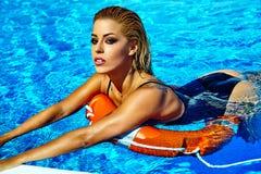 Modèle blond dans les vêtements de bain près de la piscine Photos libres de droits