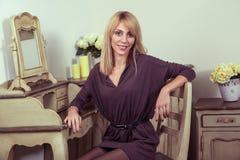 Modèle blond de belle jeune mode posant près du secretaire Image libre de droits