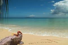 Modèle blond de bronzage sur la plage bienvenue. Photo stock