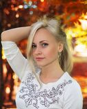 Modèle blond - portrait d'automne Images libres de droits