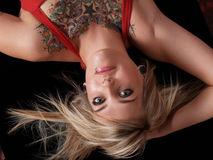 Modèle blond tatoué Photos libres de droits