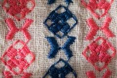 Modèle brodé sur le tissu de coton Images stock