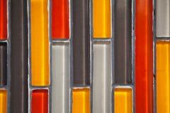 Modèle carrelé rectangulaire vertical en verre coloré de plan rapproché de mur image libre de droits