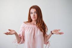 Modèle caucasien de femme avec des cheveux de gingembre posant à l'intérieur Photo libre de droits