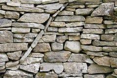 Modèle circulaire incurvé de texture dans un mur de pierres sèches Photos stock