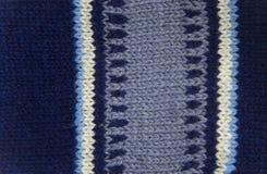 Modèle coloré aïe chaussettes fabriquées à la main d'une laine Habillement naturel Images stock
