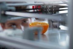 Modèle coloré d'orange créé par l'imprimante 3D Photo stock