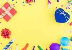 Modèle coloré de célébration avec des confettis de diverse partie, balloo Photographie stock