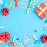 Modèle coloré de célébration avec des confettis de diverse partie, balloo Photo stock
