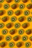 Modèle coloré de kiwi Vue supérieure du kiwi découpé en tranches Image libre de droits