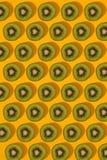 Modèle coloré de kiwi Vue supérieure du kiwi découpé en tranches Image stock