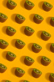 Modèle coloré de kiwi Vue supérieure du kiwi découpé en tranches Photos stock