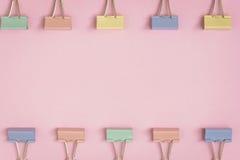 modèle coloré de trombone de configuration plate sur un papier rose Image libre de droits