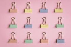 modèle coloré de trombone de configuration plate sur un papier rose Photos libres de droits