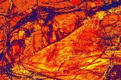 Modèle coloré et abstrait de minerai dans un micrographe de polarisation image libre de droits