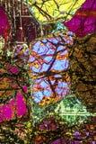 Modèle coloré et abstrait de minerai dans un micrographe de polarisation photographie stock libre de droits