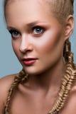 Modèle commercial de mode sur le fond bleu Images stock