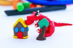 Modèle créatif d'argile de dinosaure, de maison et d'arbre, sur le backgroun blanc photo stock