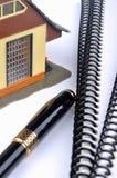 Modèle, crayon lecteur et document de Chambre Photos stock