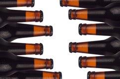 Modèle décoratif des bouteilles à bière de brun scellé avec des baisses de portier et d'eau d'isolement sur le fond blanc Image libre de droits