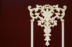 Modèle décoratif sur la porte en bois photographie stock