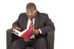 Modèle d'Afro-américain dans le lien rayé rouge de costume gris  Photos libres de droits