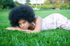 Modèle d'Afro-américain sur l'herbe verte Photographie stock