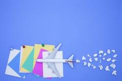 Modèle d'avion avec la diverse note de papier de papier de boule et de bâton sur b Photo libre de droits