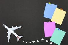 Modèle d'avion avec la diverse note de papier de papier de boule et de bâton sur b Photographie stock