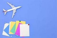 Modèle d'avion avec la diverse note de papier de papier de boule et de bâton sur b Photos libres de droits