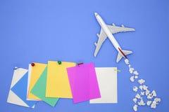 Modèle d'avion avec la diverse note de papier de papier de boule et de bâton sur b Image libre de droits