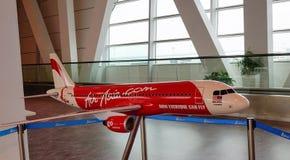 Modèle d'avion d'AirAsia à l'aéroport de KLIA, Kuala Lumpur, Malaisie Photos libres de droits
