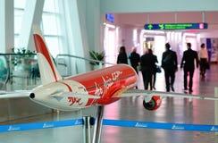 Modèle d'avion d'AirAsia à l'aéroport de KLIA, Kuala Lumpur, Malaisie Photos stock