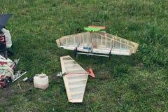 Modèle d'avions de RC sur la terre photographie stock libre de droits