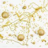 Modèle d'or décoratif de boules de jouet de Noël image libre de droits